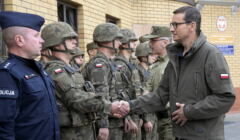 Premier Morawiecki i żołnierze na granicy z Białorusią