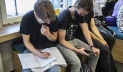 Liceum w Białymstoku, uczniowie na przerwie w maseczkach