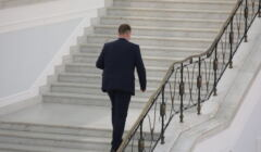 min. Czarnek wchodzi po sejmowych schodach