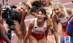 Polska sztafeta 4x400m kobiet cieszy się ze srebrnego medalu w Tokio
