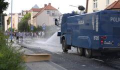 Lubin, protest pod Komendą Policji. W użyciu armatka wodna