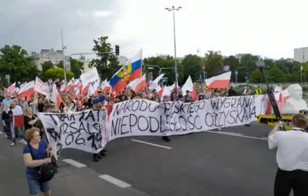 Marsz Dmowskiego z rosyjską flagą