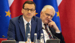 Mateusz Morawiecki i Jarosław Gowin na tle flag Polski i UE