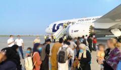 Samolot z uchodźcami z Kabulu. Wojksowe samoloty przewiozły ich do Uzbekistanu. Stamtąd zabrał ich dreamliner LOT