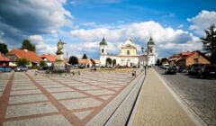Tykocin - widok rynku z Kościołem w tle