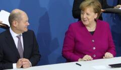 Olaf Scholz i Angela Merkel podpisują umowę kolalicyjną, marzec 2018