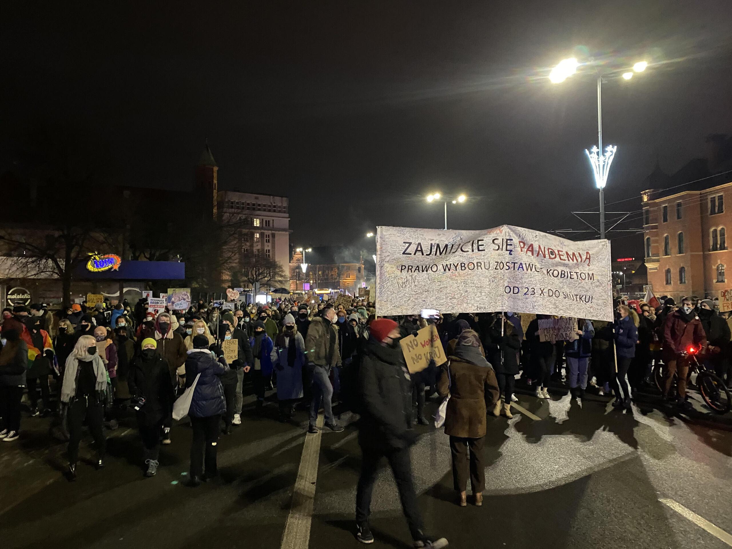 """Lydzie na demonstracji, widać transparent """"Zajmijcie sie pandemia, wybór zosrawcie kobietom"""""""
