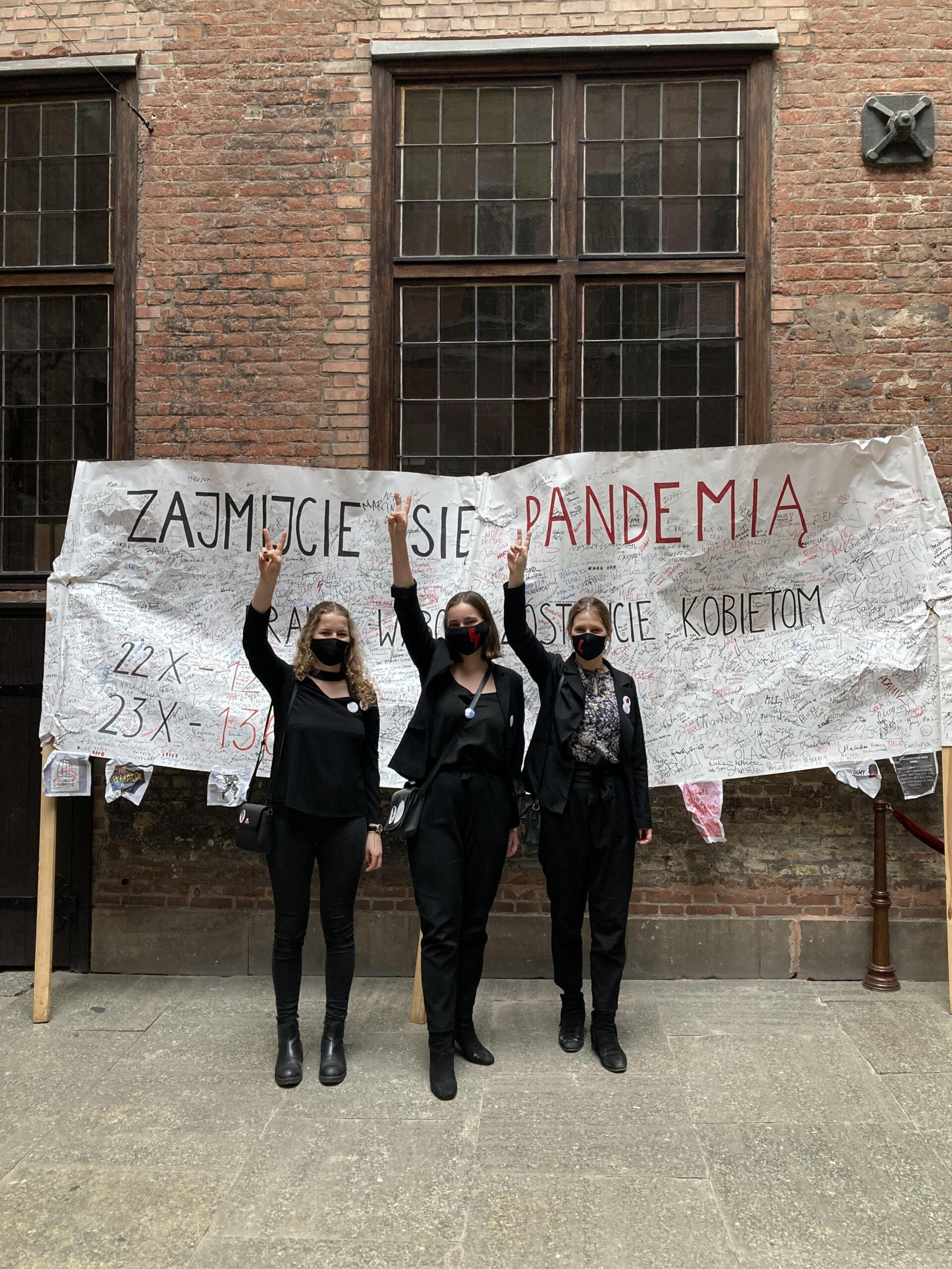 """Trzy kobiety i transparent """"Zajmijcie się pandemia, wybór zostawcie kobietom"""""""