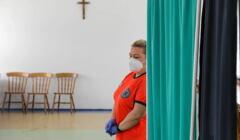 Pielęgniarka oczekująca w punkcie szczepień w salce parafialnej w Rydułtowaćh