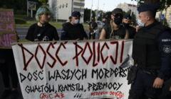 Kobiety z transparentem protestującym przeciwko brutalności policji po śmierci Bartosza S. Wrocław, 09.08.21