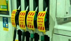 """dystrybutor benzyny z napisem """"brak paliwa"""