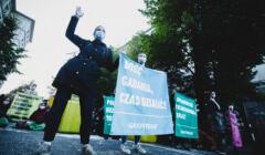 Protest Greenpeace. Aktywistka z banerem wzywającym do rezygnacji z węgla