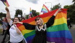 Dziewczyny z tęczową flagą na pierwszym Marszu Równości w Pile, sierpień 2021