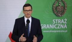 Mateusz Morawiecki na konferencji poświęconej śmierci migrantów na granicy z Białorusią. W tele logo Straży Granicznej.