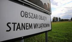 tablica informująca o stanie wyjątkowym pod nazwą miejscowości