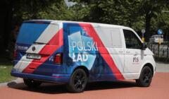 furgonetka reklamująca Polski Ład przed KPRM