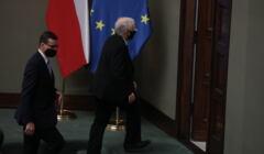 Jarosław Kaczyński przy fladze UE w Sejmie