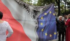 Transparent pokazujący rozszczepiające się flagi polską i unijną, protest przed TK w związku z rozpatrywaniem zapytania premiera Morawieckiego ws. orzeczeń TSUE