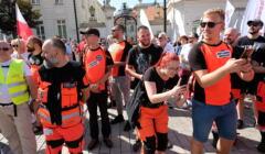 Grupa ratowników medycznych na proteście 11 września w Warszawie