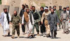 idąca grupa taliboów