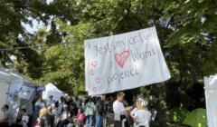 """protestujący z transparentem """"Jesteśmy całym"""