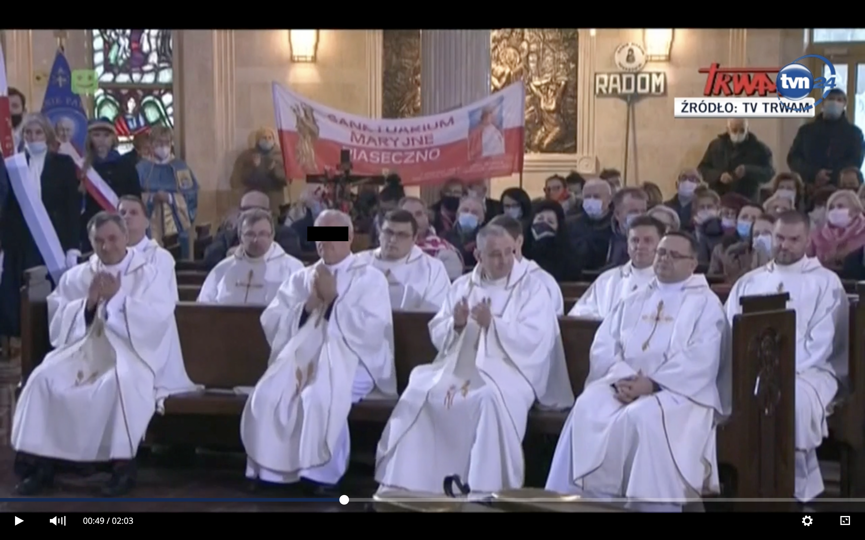 Ksiądz prałat Jerzy Z. klaszcze na mszy z okazji 29 urodzin Radia Maryja.