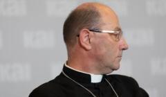 Prymas Polski arcybiskup Wojciech Polak patrzy w prawo.