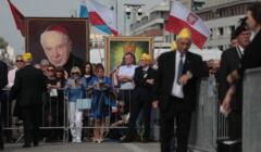Baner z podobizną Stefana Wyszyńskiego przed światynia opatrzności w Wilanowie