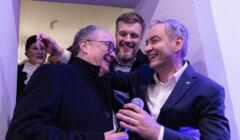 Według sondażu IPSOS dla OKO.press i Gazety Wyborczej wyborcy Lewicy chcą, by liderem Lewicy był Adrian Zandberg (51 proc., w środku). Najmniejsze poparcie: Włodzimierz Czarzasty (10 proc.). Robert Biedroń - 29 proc.