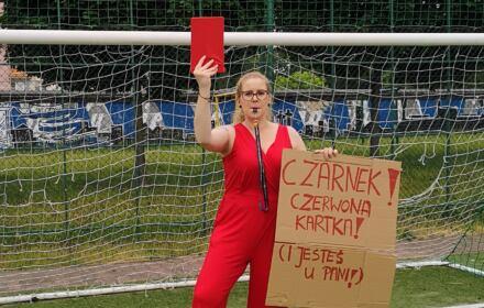 Agnieszka Jankowska-Maik na boisku z czerwoną kartką dla Czarnka