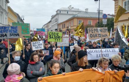 Warszawa. Protest przeciwko działaniom władz na granicy białoruskiej: manifestanci z transparentami