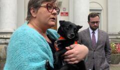 Zdjęcie: Elżbieta Podleśna trzyma w ramionach psa
