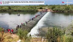 Migranci przekraczają Rio Grande z Meksyku do USA