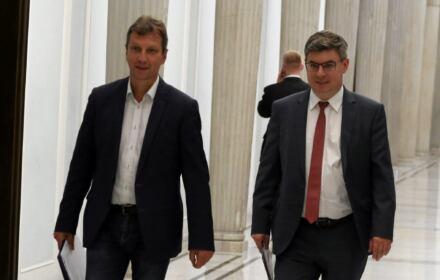 Andrzej Halicki i Jan Grabiec na korytarzu sejmowym