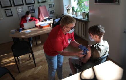 uczeń szczepiony w liceum im. Norwida w Warszawie