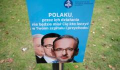 Plakat z ministrem zdrowia Adamem Niedzielskim w białym miasteczku przed KPRM
