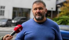 Sędzia Waldemar Żurek, w niebieskim swetrze, patrzy w kamerę