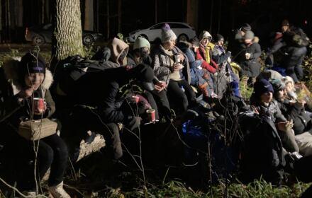 grupa uchodźców na pograniczu polsko-białoruskim