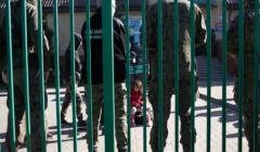 wo, strażnicy pilnują dzieci po przekroczeniu granicy