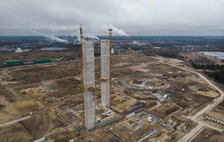 Widok z lotu ptaka teren budowy elektrowni, stoja dwie wieże chłodnicze