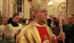Biskup płocki Piotr Libera w złotych szatach liturgicznych.