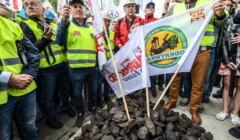 Protest górnikow przeciwko decyzji TSUE o wstrzymaniu wydobycia w Kopalni Wegla Kamiennego Turów
