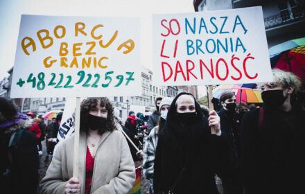Toruń, 13.03.2021. Uczesnicy i uczestniczki wyszli na ulice miasta, aby zawalczyć o swoje prawa