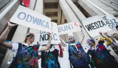 Warszawa, 19.07.2021. Aktywiści i aktywistki protestowali przed siedzibą Ministerwsta Edukacji i Nauki. Pomalowali się tęczowymi farbami, zrobili laurkę dla Czarnka