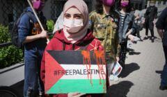 Warszawa, 15.05.2021. Protest pod ambasadą Izraela. Uczestnicy wyrażają solidarność z Palestyńczykami i sprzeciwiają się działaniom Izraela w Strefie Gazy