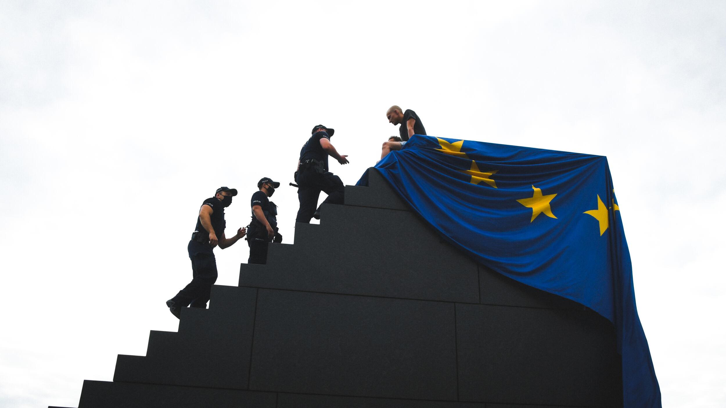 https://oko.press/images/galleries/%E2%80%9Etu-jest-unia-europejska-tu-jest-polska-%E2%80%93-lbo-wiesza-flage-ue-na-pomniku-smolenskim-408058/20210722-rku-lbo-flagaue-pomnik-smol-018-2500x1406.jpg