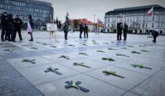 Warszawa, 02.05.2021. Akcja upamiętniająca ofiary COVID-19 na placu Piłsudskiego