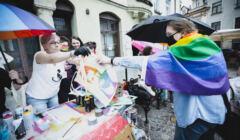 Tarnów, 16.05.2021. Obchody Międzynarodowego Dnia Przeciw Homofobii, Bifobii i Transfobii. Aktywistki i aktywiści organizują akcje edukacyjne dla mieszkańców