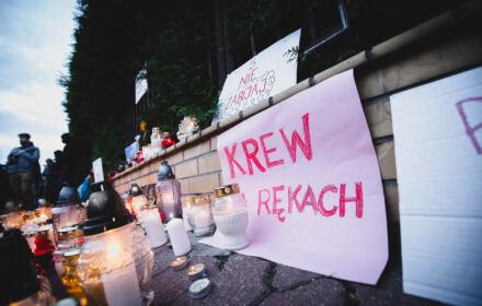 Warszawa, 20.09.2021. 200 osób zapaliło pod Komendą Główną Straży Granicznej znicze dla zmarłych na granicy